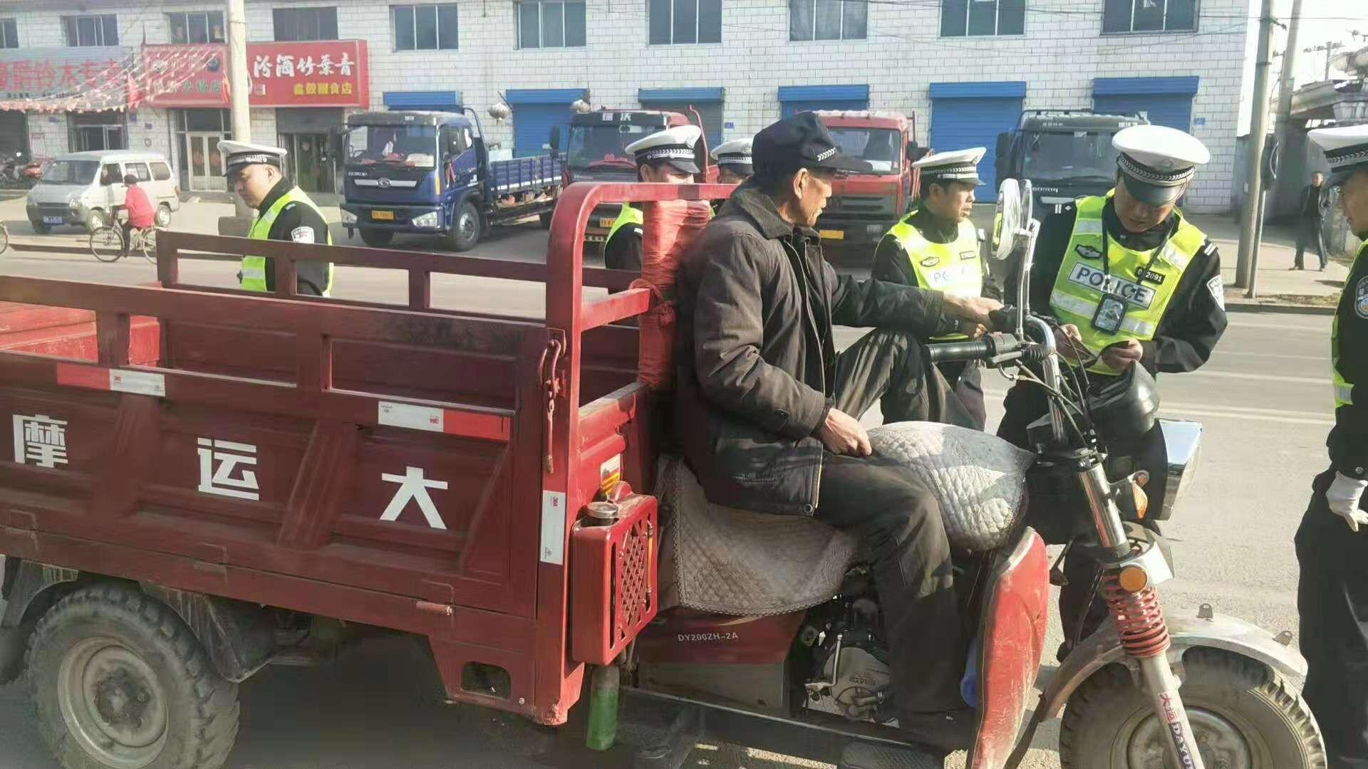 大同交警九大队在辖区重点开展整治三轮车行动