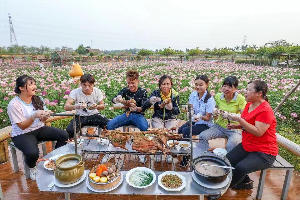 """今冬只为""""羊""""来,广东佛山盈香生态园烤全羊引来食客无数"""