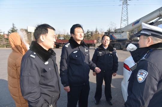 河津交警:大队长迪培田下基层督导检查春运安保工作