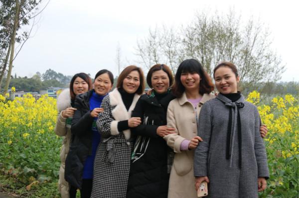 """健康生活 快乐工作 ——青神县学道街小学开展庆祝""""三八""""妇女节健康徒步活动"""
