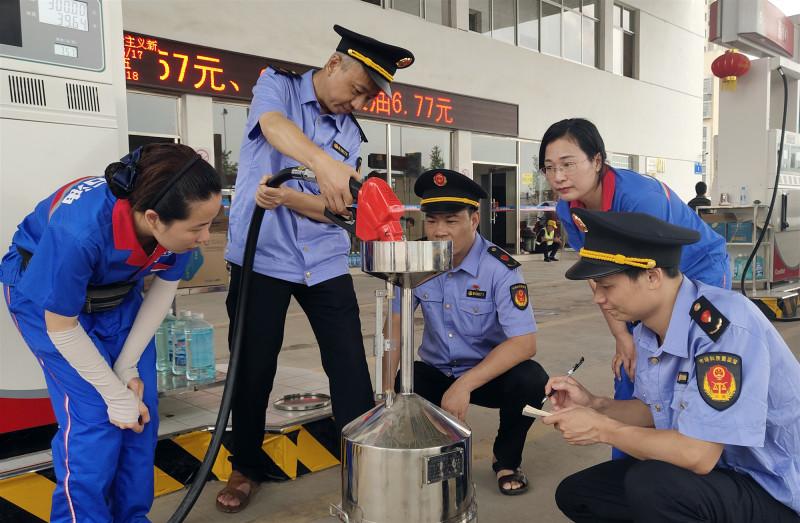 江西于都组织计量检定人员对辖区内加油机进行检查