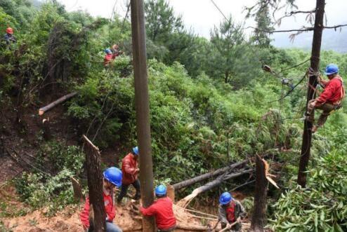 吉州区供电公司:山体滑坡线杆倾倒 供电部门紧急抢修