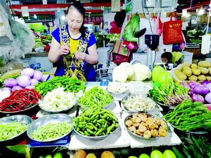 市场竞争激烈,为吸引顾客 集贸市场摊贩做起净菜生意