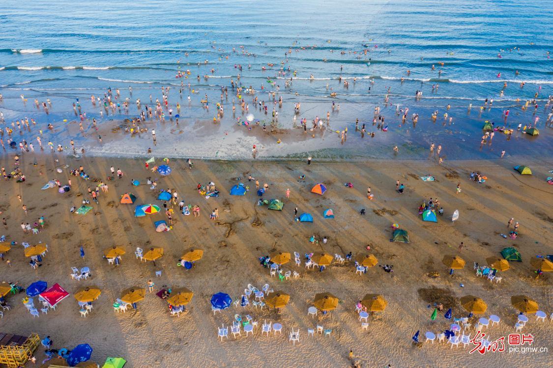银沙滩游人如织 戏水避暑乐享清凉