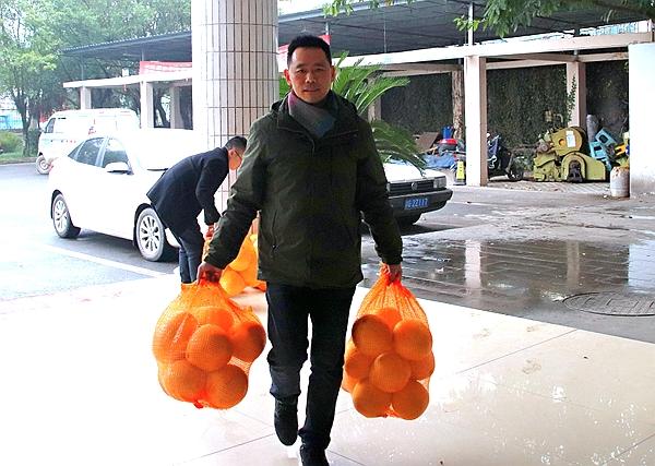 """全国科普惠农兴村带头人傅以伦跨""""界""""帮扶贫困户销售红心蜜柚"""