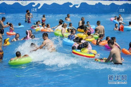 重庆:市民水中觅清凉